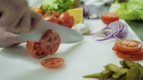 切蕃茄的手接近-  影视素材
