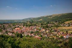 切达乳酪峡谷风景:水库视图、峭壁和一个镇从弯曲处锐化,萨默塞特,英国 免版税库存图片
