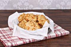 切达乳酪,在餐巾的大蒜饼干排行了篮子 有选择性的foc 免版税库存照片