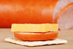 切达干酪薄脆饼干kielbasa宏指令 免版税库存照片