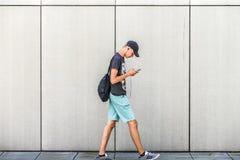 什切青,波兰, 2017年7月17日:步行沿着向下街道的男孩和 免版税库存图片