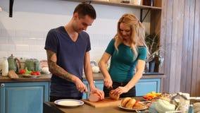 切面包和火腿的男人和妇女 影视素材