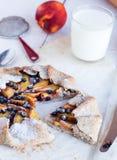 切饼干用桃子和蓝莓 库存照片