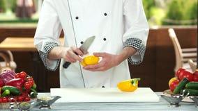 切黄色辣椒粉的厨师 影视素材