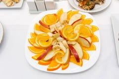切从成熟,水多的果子的果子:香蕉、桔子和苹果 免版税库存图片