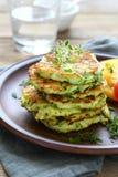 切细的绿皮胡瓜油煎的油炸馅饼  库存图片
