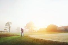 切击高尔夫球 免版税库存照片