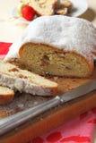 切stollen,一个传统德国果子蛋糕 库存照片