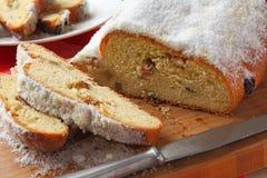 切stollen,一个传统德国果子蛋糕 免版税图库摄影