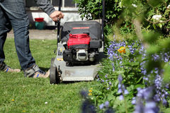 刈草机和一个人 库存照片