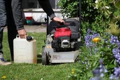 刈草机和一个人 免版税库存图片