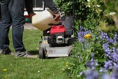 刈草机和一个人 库存图片