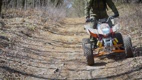绞刑台 路地形 ATV的人 竟赛者学习驾驶在路地形在特别汽车 股票视频