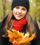 划分为的叶子纵向妇女年轻人 免版税库存图片