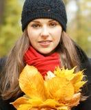 划分为的叶子纵向妇女年轻人 免版税库存照片