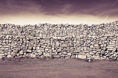 划分牧场地的典型的爱尔兰墙壁爱尔兰-被定调子的图象 免版税图库摄影