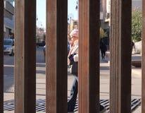 划分诺加莱斯、亚利桑那和诺加莱斯,墨西哥的边界障碍 库存图片