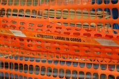 划定路construc的区域的塑料橙色安全网 免版税图库摄影