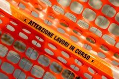 划定建筑的范围的塑料橙色安全网 免版税库存图片