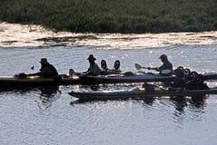 划独木舟的人旅行 免版税库存图片