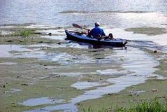 划独木舟的人旅行 库存图片