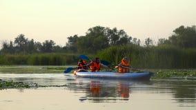 划独木舟的人沿河用浆划 慢的行动 股票录像
