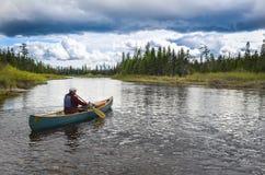 划独木舟的人,圣约翰河,缅因 库存照片