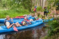 划独木舟的人 免版税库存图片