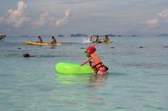 划皮船和潜航在安达曼海的人们 免版税库存照片