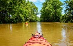 划皮船在一条小河在肯塔基中部 图库摄影