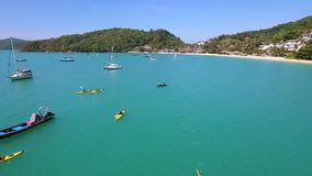 划皮船在公海的人 行使冠军的 寄生虫鸟瞰图HD 普吉岛泰国 影视素材