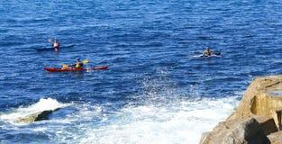 划皮船在公海 库存图片