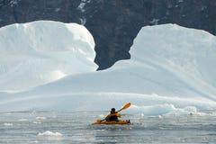 划皮船在北极 免版税库存图片