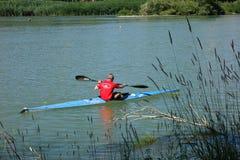 划皮船在埃布罗河,在萨瓦格萨( II) 库存照片