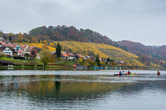 划皮船在埃格利绍的河莱茵河在瑞士 免版税库存照片