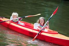 划皮船在夏天体育阵营的孩子 库存照片
