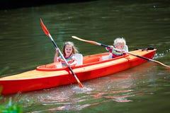 划皮船在夏天体育阵营的孩子 免版税库存照片