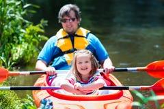 划皮船在夏天的父亲和孩子 库存图片