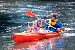 划皮船在夏天的父亲和孩子 库存照片