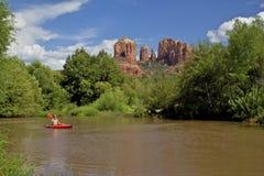 划皮船在大教堂岩石附近 免版税库存照片