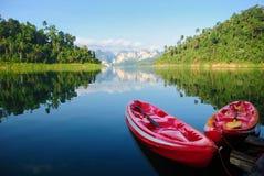 划皮船在安静的湖Khao Sok, suratthani,泰国 库存照片