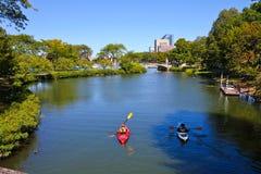 划皮船在查理斯河,波士顿,麻省 图库摄影