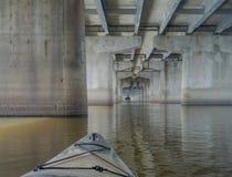 划皮船在桥梁下 库存照片