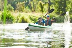 划皮船在森林家庭的河在独木舟 活跃休闲和假期 库存图片