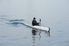划皮船在河在岸01附近的城市 图库摄影