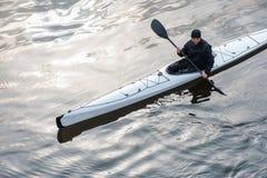 划皮船在河在岸07附近的城市 免版税库存图片