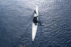 划皮船在河在岸10附近的城市 免版税库存图片