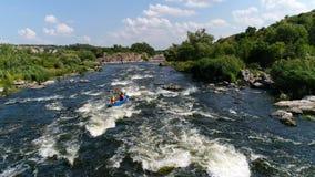 划皮船在河的两个人 影视素材