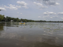 划皮船在河的人 免版税库存照片
