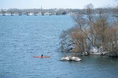 划皮船在河的冬天在乌克兰01 库存图片